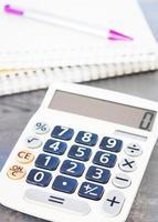 calculatrice, stylo et bloc-notes photo