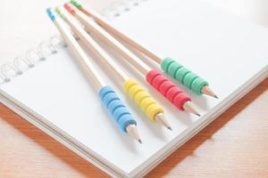 crayons sur un ordinateur portable sur un bureau
