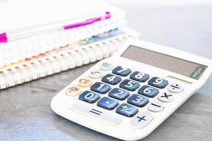 calculatrice sur une table avec un ordinateur portable photo