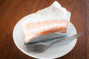 gâteau à la noix de coco avec une couche de crème à fouetter