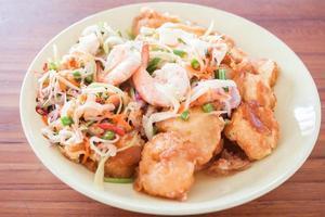 assiette de crevettes épicées
