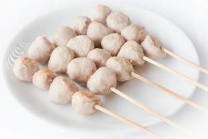 assiette blanche aux boulettes de viande