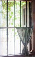 rideau sur une fenêtre barrée