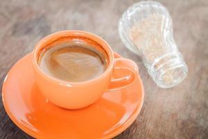 café chaud sur une table en bois