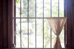 petit rideau sur une fenêtre