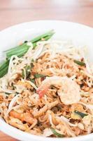 plat de nouilles sautées aux crevettes