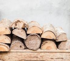 bois de chauffage empilé sur une table