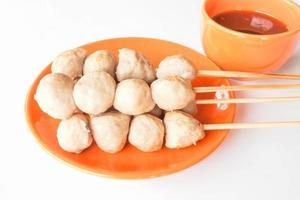 boulettes de porc sur une assiette orange photo