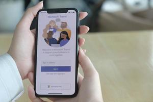 chiang mai, thaïlande 2020-éditorial illustratif du travail d'un employé à domicile utilisant la plate-forme sociale Microsoft teams