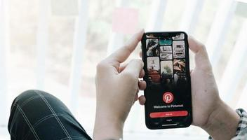 Chiang Mai, Thaïlande 2020-éditorial illustratif d'une main tenant Apple iPhone X avec application Pinterest à l'écran