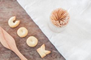 Faire cuire des biscuits alphabet avec des pâtes fusili sur une table en bois