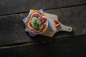 légumes frais sur fond de bois