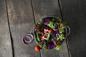 Salade de légumes frais avec fond en bois ancien rustique
