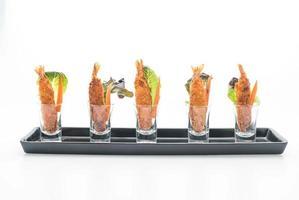 crevettes frites sur fond blanc photo