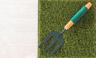 petit râteau de jardin sur herbe