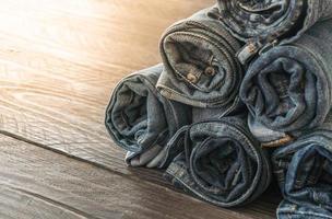 pile de jeans sur plancher de bois