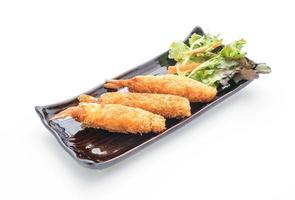 Pâte de crevettes frites sur fond blanc photo