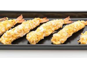 crevettes frites sur fond blanc