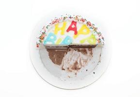 Joyeux anniversaire gâteau à la crème glacée sur blanc photo