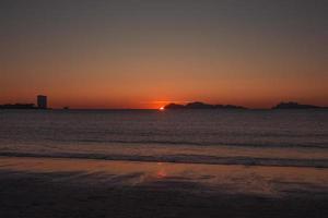 le soleil se cache derrière les îles photo