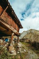 cabane au milieu des montagnes enneigées photo