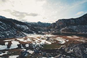 vallée dans le lac de covadonga pendant l'hiver photo