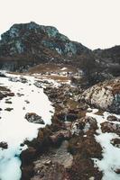 petite rivière dans les montagnes massives photo
