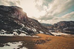 le coucher du soleil dans les montagnes en hiver