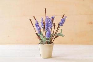 Statice et fleurs de caspia sur fond de bois