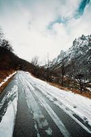 route sur les montagnes couvertes de neige