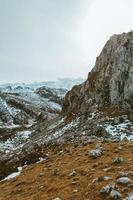 gros plan de la chaîne de montagnes en hiver photo