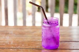 boire dans un pot violet