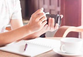 femme avec un appareil photo dans ses mains