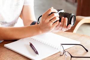 femme tenant un appareil photo