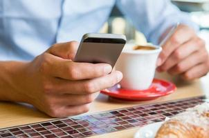 petit déjeuner avec téléphone intelligent photo