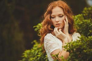 Portrait de jolie jeune femme aux cheveux rouges, en plein air