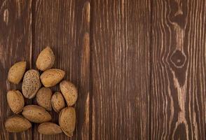noix sur une table en bois photo