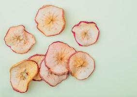 vue de dessus d'un tas de tranches de pommes séchées