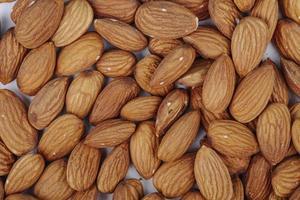 Vue de dessus des noix d'amande sur fond blanc photo
