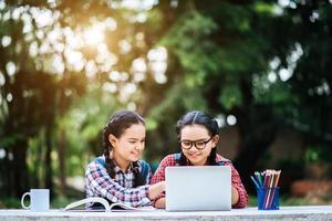 deux étudiants qui étudient ensemble dans le parc photo