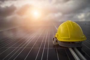 Casque de sécurité jaune sur panneau solaire photo