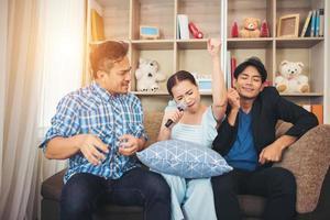 Groupe d'amis chantant une chanson ensemble dans leur salon