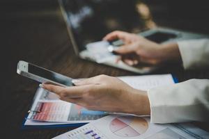 femme utilisant une carte de crédit et un téléphone intelligent pour les achats en ligne photo