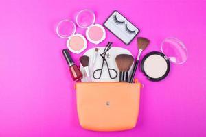 produits de beauté cosmétiques sur fond rose