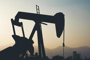 silhouette d'une unité de construction dans un champ pétrolifère