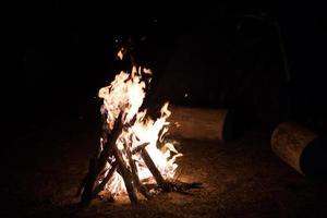 feu de camp dans la nuit noire photo