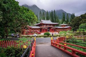 temple rouge entouré d'arbres