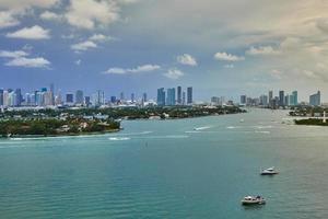 photographie aérienne de la mer et des bâtiments photo