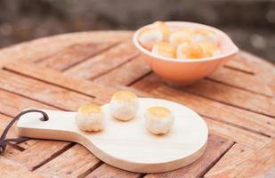 pâtisseries sur un plateau et un bol