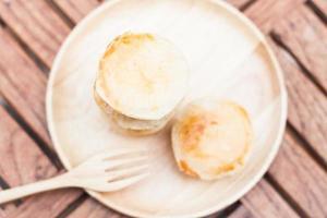 mini gâteaux au fromage sur une assiette